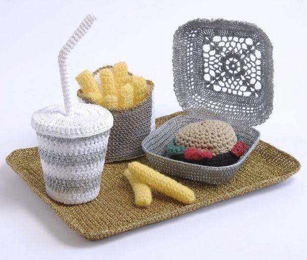 """Une des oeuvres au crochet d'Aurélie Mathigot de la série """"Junk Food"""", 2007."""