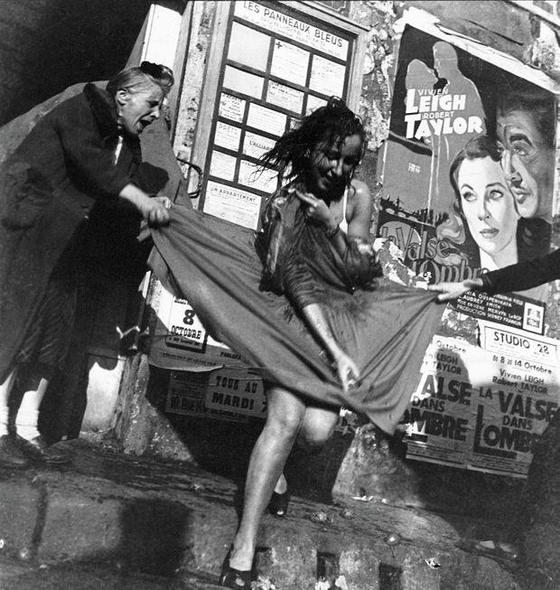 Rue Lepic à Paris, une jeune femme portant une jupe corolle de Christian Dior est prise à parti avec violence