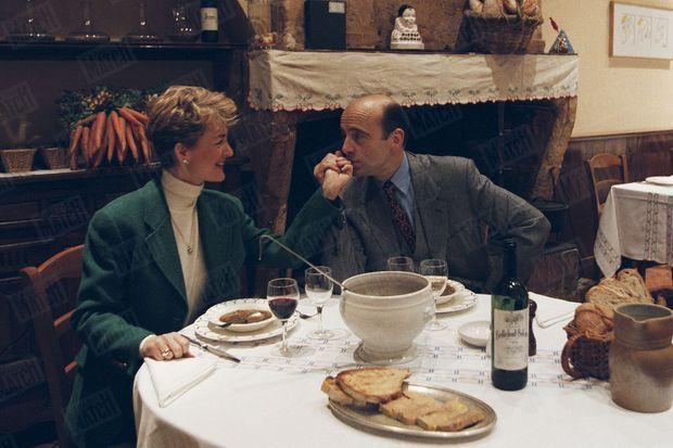 Alain Juppé éprouve pour la douceur de vivre et la bonne chère un penchant insoupçonné. Samedi dernier, dans sa ville de Bordeaux, il a interrompu l'emploi du temps frénétique qu'il impose à ses collaborateurs pour une pause déjeuner gourmande. Isabelle, son épouse, n'est restée que le temps d'une soupe à la table du restaurant La Tupina, sur les quais de la Gironde. Pour poursuivre son déjeuner avec notre journaliste Katherine Pancol, M. le maire s'est débarrassé de son gilet avant de commander une salade composée, une côte de boeuf saignante, des frites à la graisse de canard et un fromage de brebis caillé accompagné d'une confiture de vieux garçon. - Paris Match n°2483, 26 décembre 1996