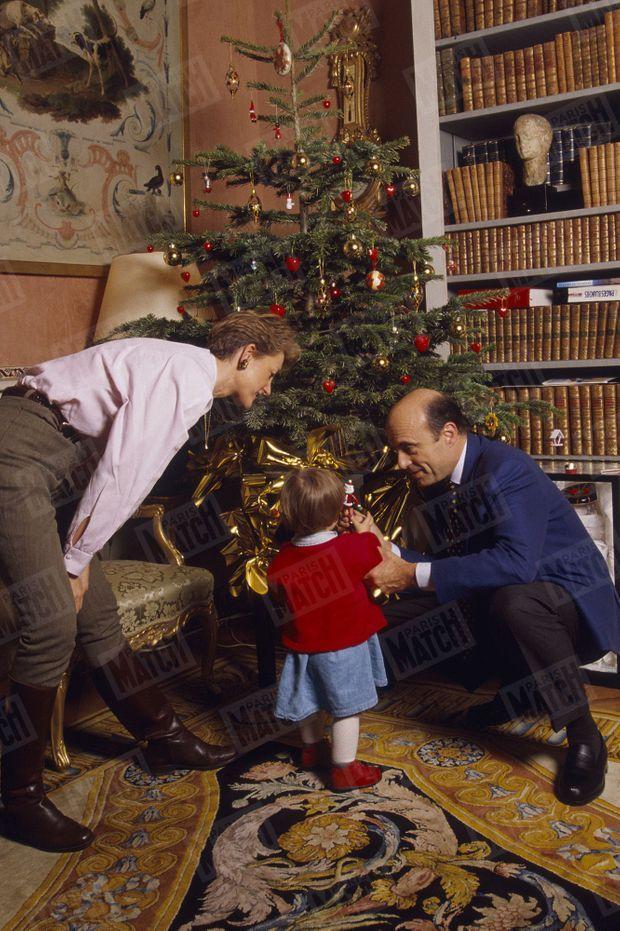 """""""C'est le deuxième Noël de Clara. Les Juppé ont choisi le bureau d'Isabelle pour donner une place d'honneur au sapin"""" - Paris Match n°2483, 26 décembre 1996"""