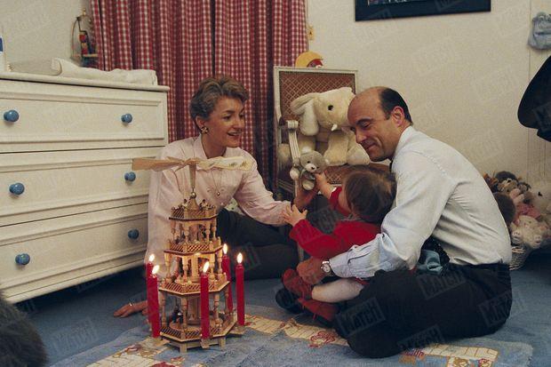 Isabelle et Alain Juppé ont allumé pour Clara les bougies dont la chaleur fait tourner les pales du manège enchanté offert par Helmut Kohl. La chambre de Clara est le sanctuaire d'une tendresse secrète dans la ruche technocratique de Matignon. Ici, le Premier ministre, protégé du monde de la politique par des gardiens en peluche et par des rideaux à carreaux, se laisse aller au bonheur d'être un père comblé. Alain et Isabelle Juppé ont des enfants de leurs précédents mariages. Laurent et Marion Juppé, 29 et 23 ans, ont aujourd'hui l'âge de l'indépendance. Quentin, le fils d'Isabelle, passe une importante partie de sa vie à Matignon et l'arrivée de Clara dans leur vie, le 28 octobre 1995, était comme une promesse de consécration au sommet d'une brillante carrière. Mais la conjoncture a été cruelle avec le « premier de la classe» et la chambre de Clara a sans doute parfois été un refuge où un homme isolé, mal à l'aise dans son rôle de décideur froid, pouvait cultiver ce sourire méconnu qu'il veut aujourd'hui adresser aux Français. - Paris Match n°2483, 26 décembre 1996
