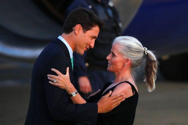 Le Premier ministre canadien Justin Trudeau arrive à l'aéroport de Biarritz, vendredi, où il est accueillie par l'ambassadrice du Canada en France, Isabelle Hudon.