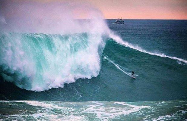 Justine Dupont surfe une vague de 20 mètres à Nazaré, au Portugal.