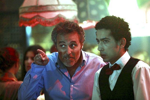 Dans la série « Kaboul Kitchen, Jacky avec son serveur complice Habib (Fayçal Azizi)