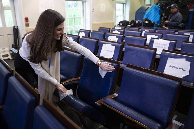 Ο Kaitlan Collins καθαρίζει μια θέση στην αίθουσα τύπου του Λευκού Οίκου τον Μάρτιο του 2020.