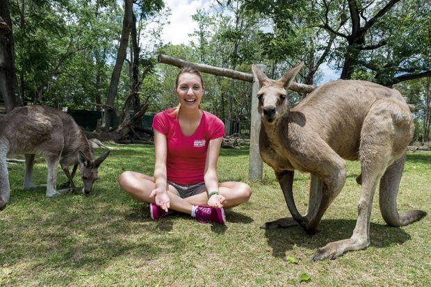 A Brisbane dans le parc de Lone Pine. Le kangourou n'a pas hésité à bousculer Elisa pour être en bonne place sur la photo.