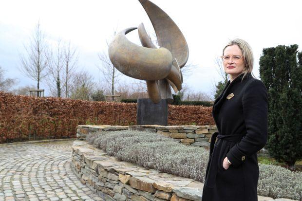 Karen Northshield au Memorial Garden de Zaventem, où a été déplacée la statue Flight in Mind du scuplteur belge Olivier Strebelle.