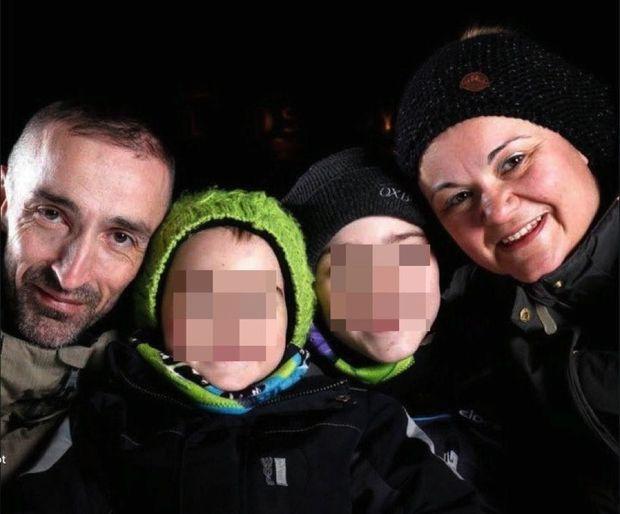 Karine et son mari Frédéric avec leurs fils Anthony (chapeau vert) et Gregory. Maintenant, ils ont 9 et 16 ans.