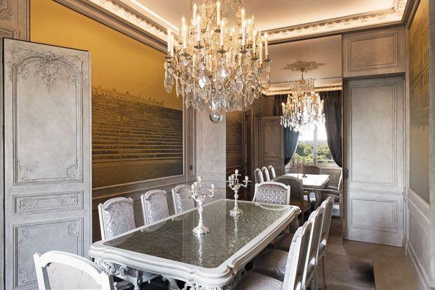 Unique : une salle à manger dans une suite d'hôtel. L'immense glace peut refléter la place de la Concorde ou se transformer en écran pour vidéoconférence.