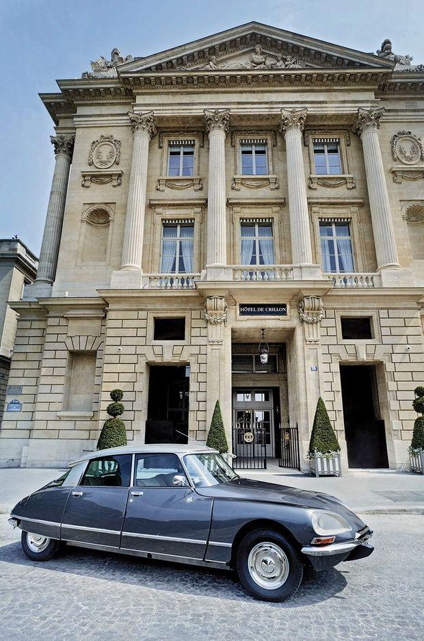 Dans la flotte du Crillon pour des balades parisiennes, une DS Pallas de collection, symbole de l'allure française.