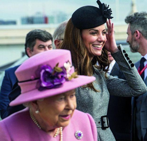 Kate et Elizabeth II en visite au King's College de Londres, le 19 mars.