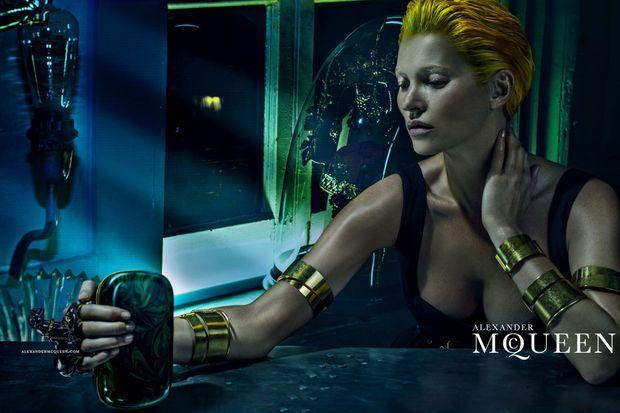 Kate Moss pose pour Alexander McQueen