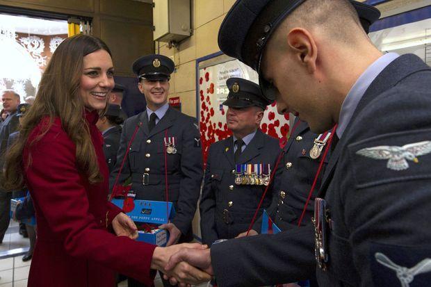 Kate parle avec les officiers de la Royal British Legion.