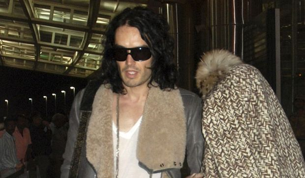 Katy Perry (visage couvert) et Russell Brand -