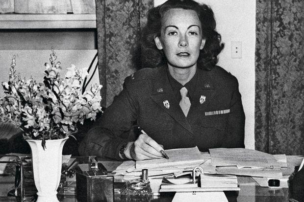 Kay à son bureau du SHAEF (QG des forces alliées) à Francfort, en octobre 1945, dans son uniforme de WAC, le corps féminin de l'armée américaine. Nommée lieutenant, puis capitaine, elle est la première femme ofcier d'ordonnance d'un général cinq étoiles.