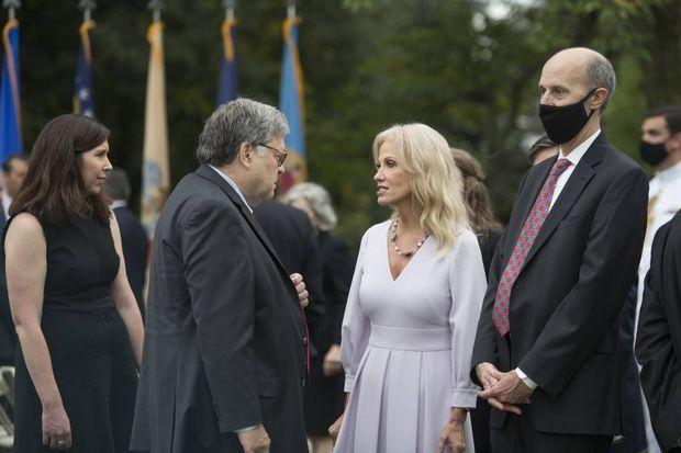 Kellyanne Conway discutant avec le ministre de la Justice Bill Barr à la Maison-Blanche, le 26 septembre 2020.