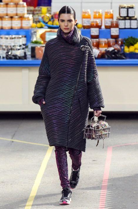 Kendall Jenner défile pour Chanel, le 4 mars 2014 à Paris