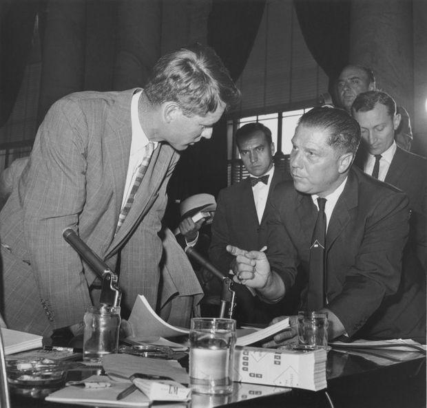 Le conseiller Robert Kennedy face au patron du syndicat des camionneurs Jimmy Hoffa au Sénat en septembre 1958.