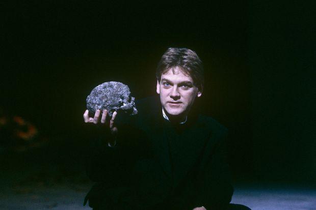 Kenneth Branagh interprétant Hamlet sur scène, avec la Royal Shakespeare Company, à Londres, en novembre 1992