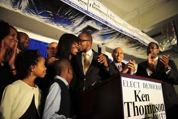 Sous le regard de ses enfants, Kenneth Thompson embrasse son épouse, Lu-Shawn.