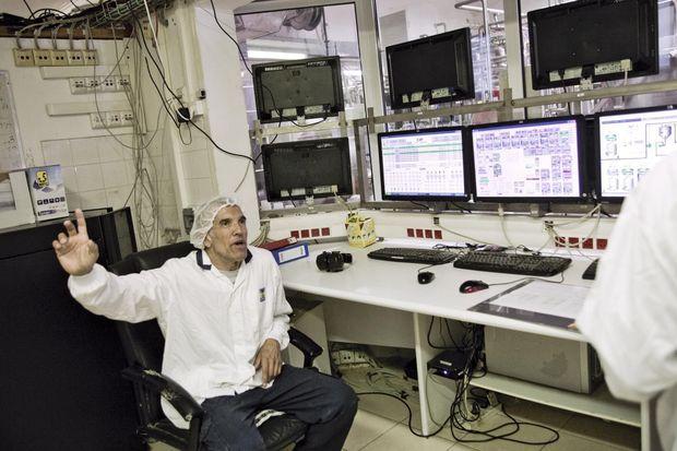 A Yotvata, Shahar, ingénieur d'origine colombienne, devant ses écrans. Il y vit en famille avec sa femme, Anat, et leurs deux enfants.