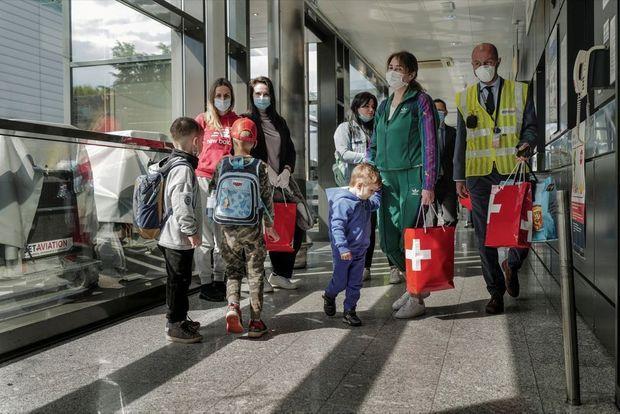 Le 6 mai à l'aéroport. Deux jours plus tard, cinq autres enfants arriveront à Genève. Des vols sont prévus jusqu'en juillet.