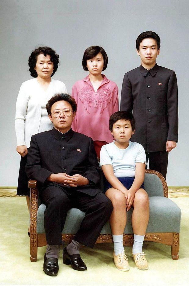 Kim Jong-nam enfant, assis à côté de son père Kim Jong-il. Debout : sa tante Sung Hye-Rang, sa cousine Lee Nam-Ok et son cousin Lee Il-Nam.