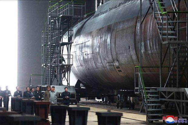 Kim Jong-un visitant une usine où est fabriqué un sous-marin.
