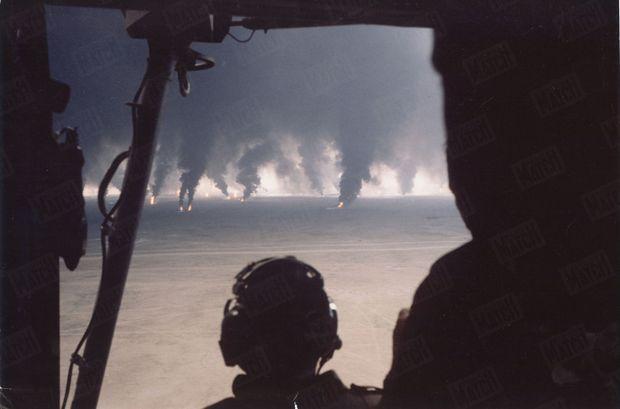 Koweït, 1991, Quand la guerre du Golfe ressuscite « la guerre du feu». À la fin de la guerre du Golfe, les troupes de Saddam Hussein mettent le feu à 732 puits de pétrole du Koweït, libéré par les forces alliées le 28 février 1991. À bord d'un hélicoptère, les militaires alliés assistent impuissants au plus grand sabotage pétrolier de l'Histoire.