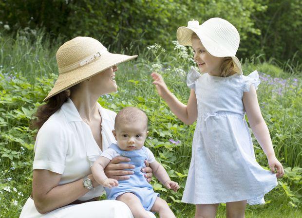La princesse Victoria de Suède avec ses enfants le prince Oscar et la princesse Estelle, le 6 juin 2016