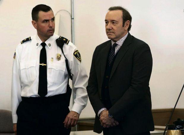 Contraint d'être présent physiquement, l'acteur a chargé son avocat de plaider non coupable. Il sera laissé en liberté sous caution. Prochaine audience le 4 mars.