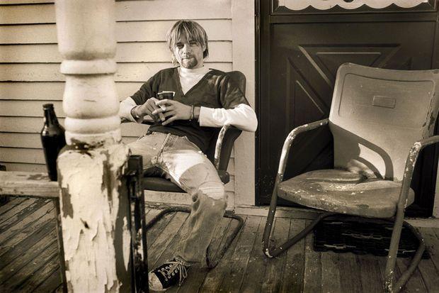 En septembre 1990, Kurt Cobain se laisse photographier sur la terrasse de la maison de Krist Novoselic à Seattle.