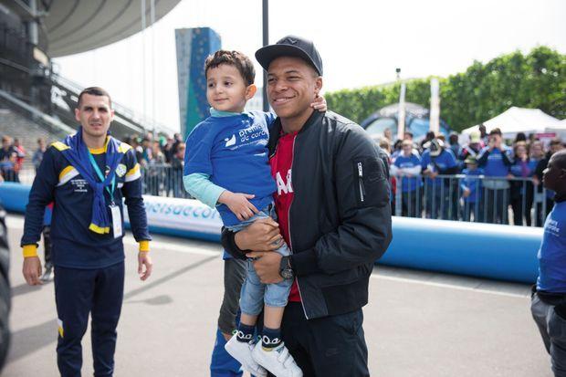 Kylian a consacré sa journée du 16 mai aux 3 000 enfants et jeunes qui se sont succédé au Stade de France, à Saint-Denis, pour le rencontrer.
