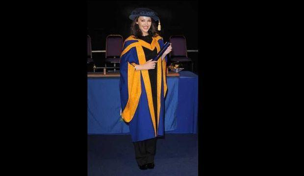 Kylie Minogue en tenue de diplômée-