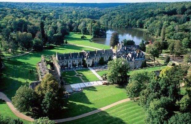 L'Abbaye des Vaux de Cernay : 80 hectares, 160 chambres sur 3 bâtiments.