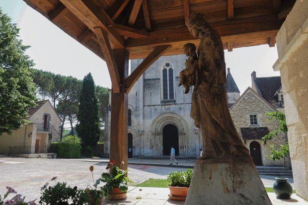 L'abbaye romane, fondée au XIe siècle, abrite 52 moines et 1 ermite.