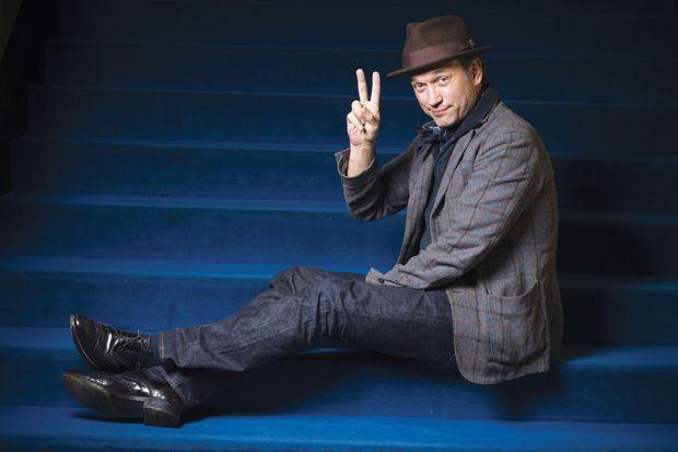 L'acteur sur les marches bleues du cinéma.