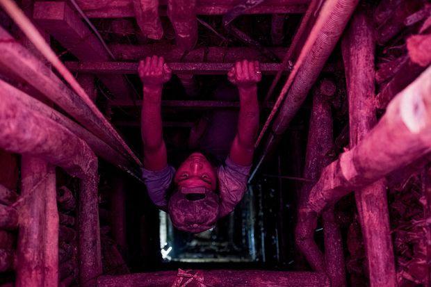 L'adolescent Ma Wanna sortant de la mine, où la sécurité est incertaine.