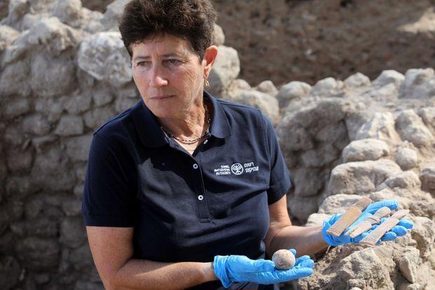 L'archéologue Alla Nagorsky présente l'oeuf miraculé ainsi que les trois poupées d'os découvertes dans la fosse.
