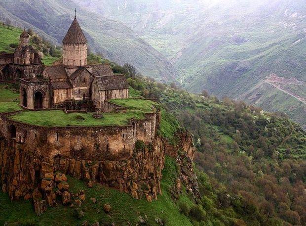 L'Arménie est le pays des épices, celui des monastères millénaires nichés au creux des falaises et des montagnes, c'est le pays de la soie, de la culture, du savoir et du partage, celui de la joie et de la fête.