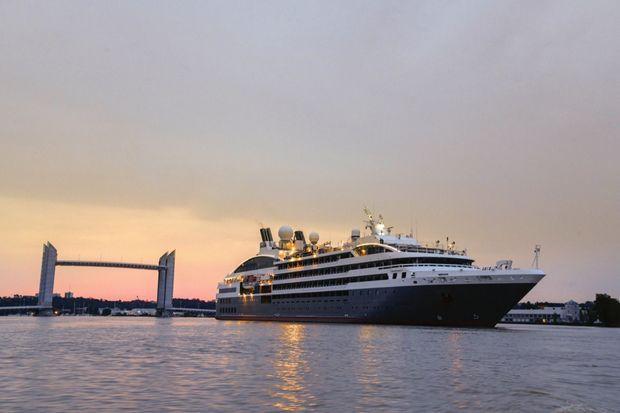 « L'Austral » quittant le port de Bordeaux.