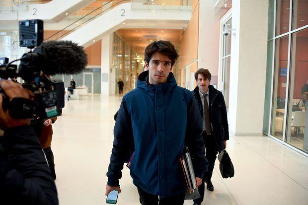 L'avocat Juan Branco le 18 février au palais de justice où s'ouvre l'information judiciaire contre le couple. La veille, le bâtonnier de Paris a refusé qu'il assure leur défense.