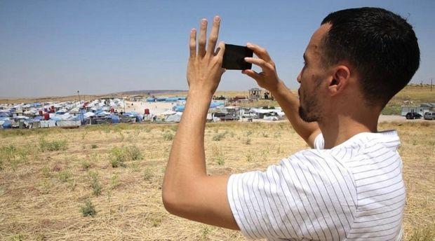 L'avocat Nabil Boudi, à la sortie du camp de Roj, où il n'a pu approcher ses clientes françaises.
