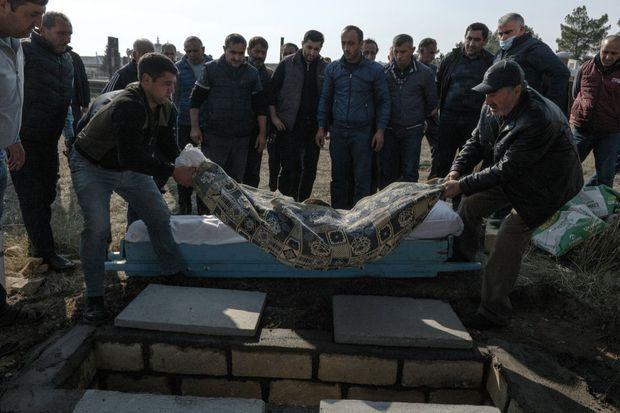 L'enterrement de Flora Zihadova, une puéricultrice de 53 ans fauchée par un missile Smerch à Tap Qaraqoyunlu