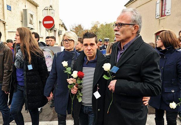 L'époux en deuil. Lors de la marche blanche dédiée à Alexia, le 5 novembre 2017, huit jours après sa mort. Il est entouré de ses beaux-parents, Isabelle et Jean-Pierre Fouillot.