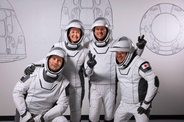 L'équipage Crew-2 qui embarquera sur le Crew Dragon le 22 avril. De g. à dr. : Thomas Pesquet, les Américains Megan McArthur et Shane Kimbrough, et le Japonais Akihiko Hoshide. Le 3 mars au siège de SpaceX, à Los Angeles.