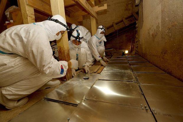 L'équipe japonaise du Pr Morishima procède à l'installation des plaques de détection des particules cosmiques.
