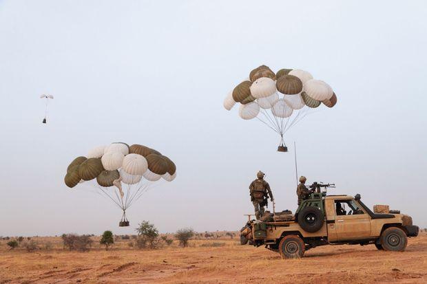 L'heure de la livraison. Deux palettes de 3 tonnes chacune sont larguées depuis un C-160 Transall, le 10 juin. Pliés et embarqués à bord des véhicules, les parachutes seront rapatriés dans un second temps par hélicoptère.