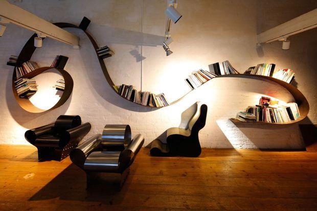 L'iconique étagère Bookworm et la Well Tempered Chair.