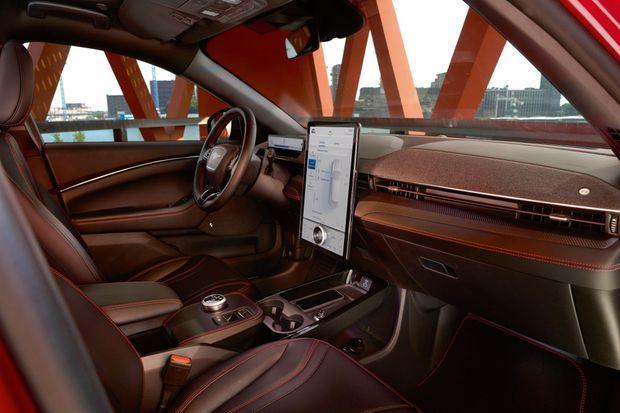 L'immense écran tactile (15,5 pouces) brille par son ergonomie et son intuitivité, tandis que le petit écran logé derrière le volant affiche les informations essentielles.